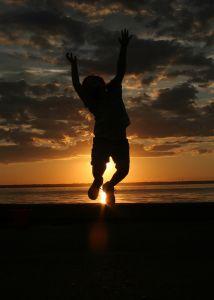 счастливый человек на закате