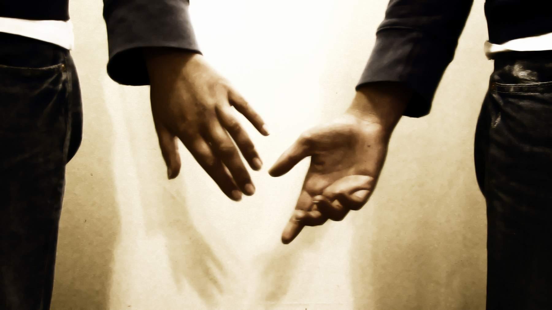 Секс когда мужик кончает себе в руку 2 фотография