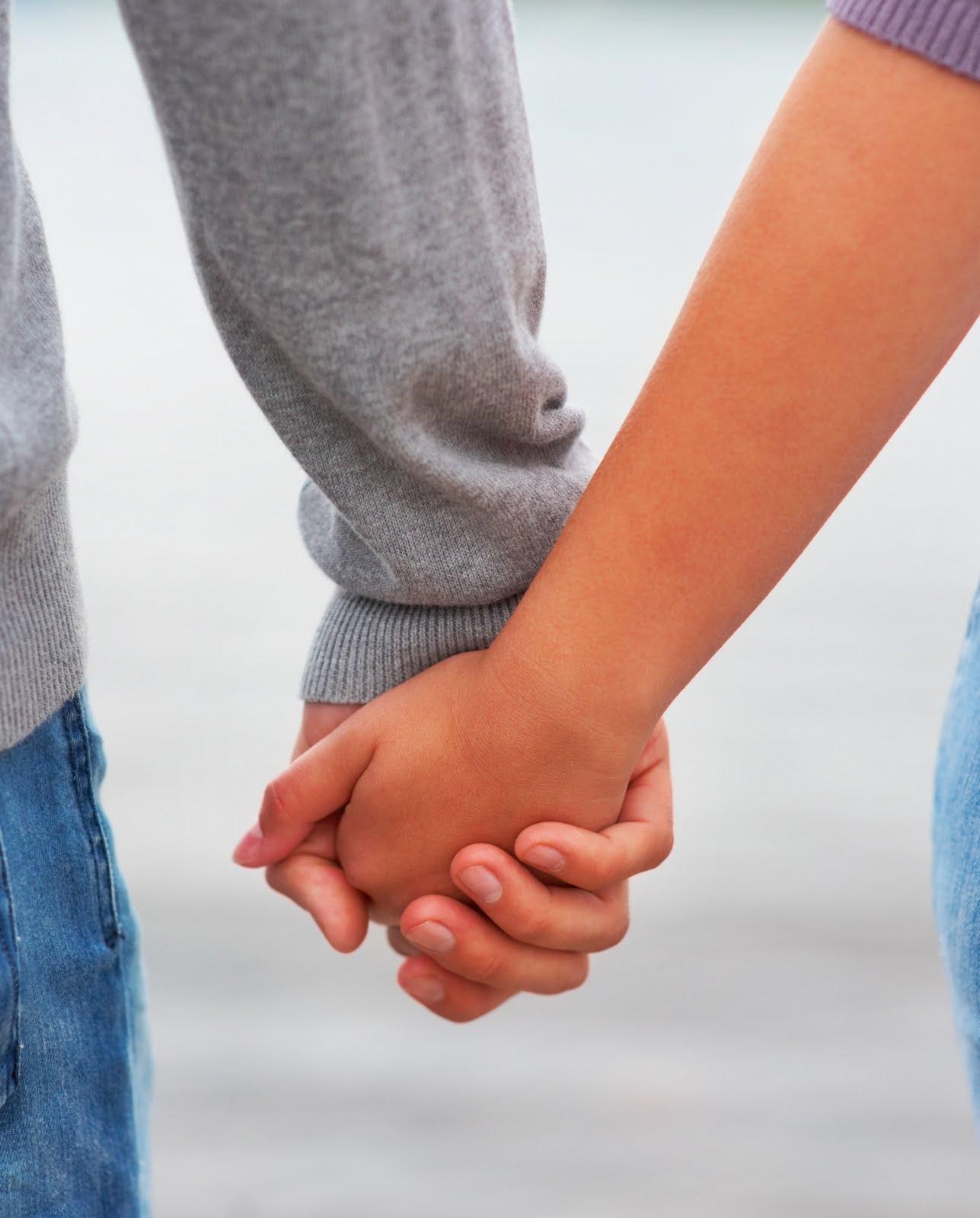 Парень берет мои руки в свои